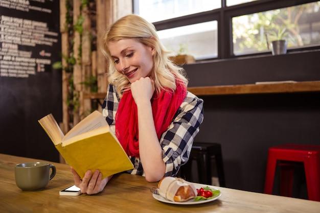 Cliente bonito que lê um livro