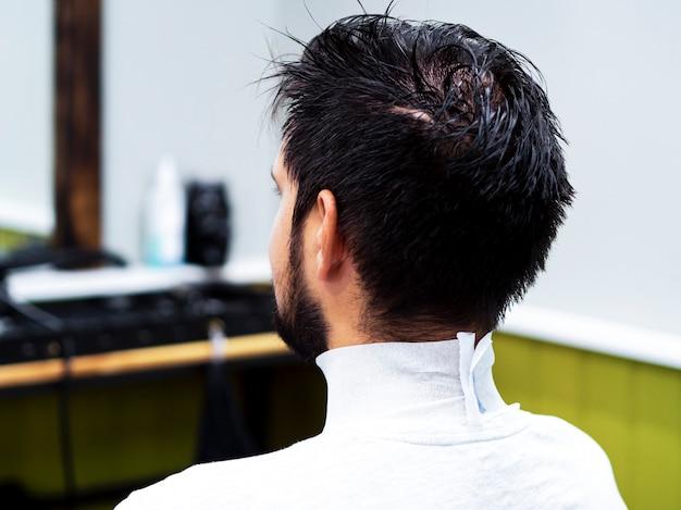 Cliente com cabelo molhado por trás