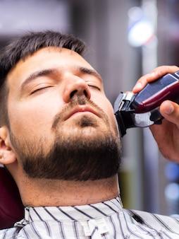 Cliente com os olhos fechados recebendo um corte