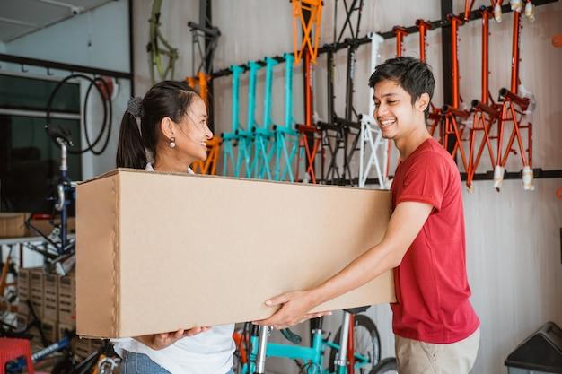 Cliente comprando novo bicyle em uma caixa do dono da loja