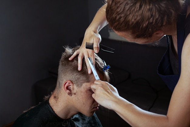 Cliente corta o cabelo no cabeleireiro, barbearia.