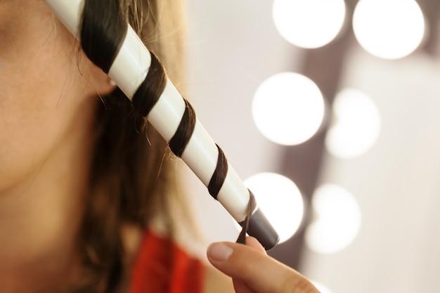 Cliente de cabelo de cabeleireiro em salão de cabeleireiro
