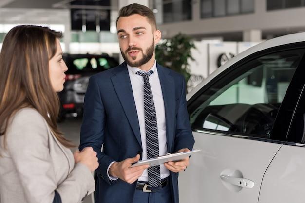 Cliente de consultoria de vendedor de carro considerável