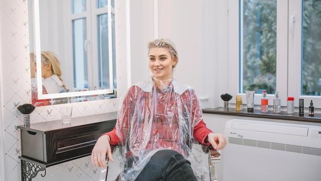 Cliente de conteúdo com cabelo em tinta