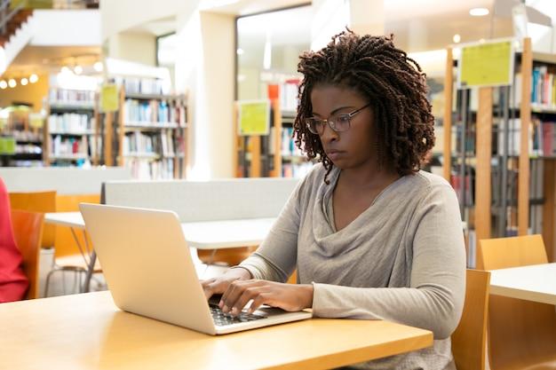 Cliente do sexo feminino focado usando hotspot wi-fi gratuito