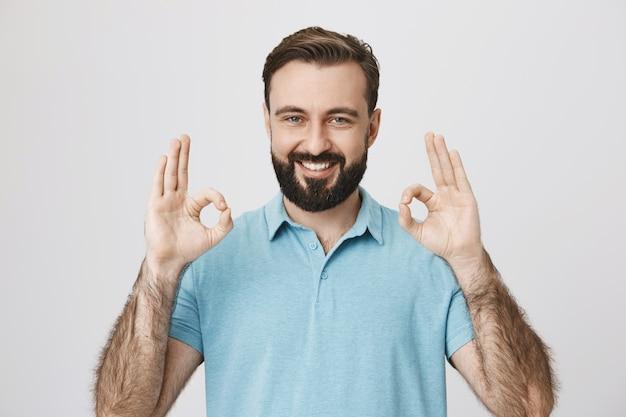 Cliente do sexo masculino satisfeito com garantia de qualidade, mostrar sinal de bom