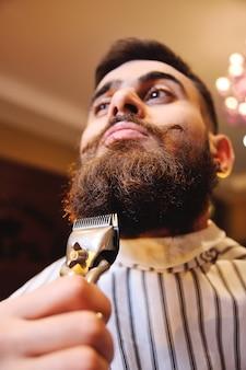Cliente, durante, barba, raspar, em, barbeiro, loja