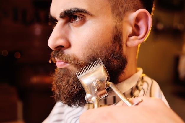 Cliente durante o barbear na barbearia