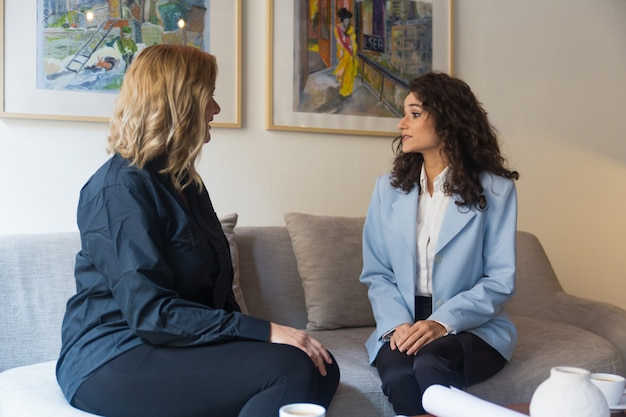 Cliente e consultor reunidos em casa ou no escritório