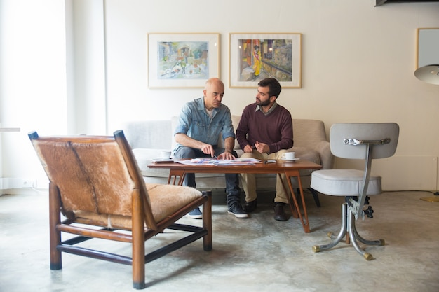 Cliente e designer de interiores discutindo a renovação da casa