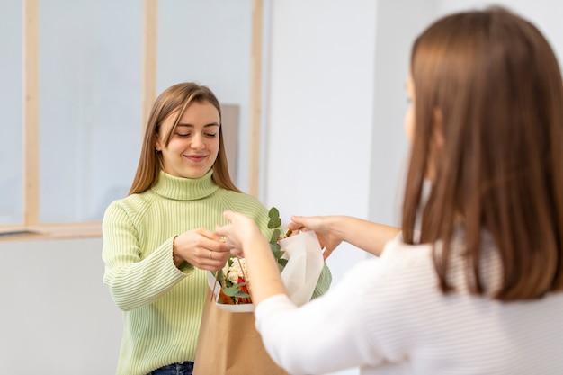 Cliente e proprietário de uma loja de flores