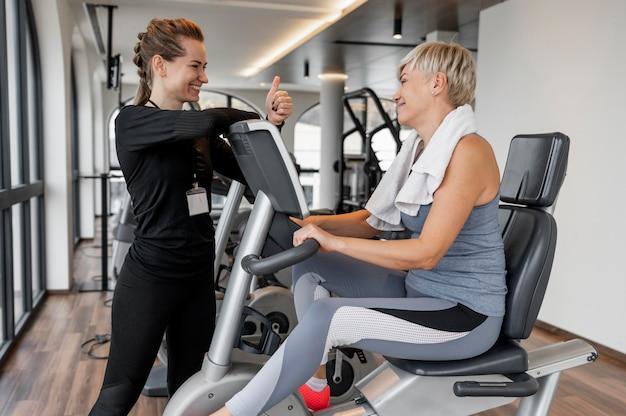 Cliente e treinador do programa de treino usando bicicleta