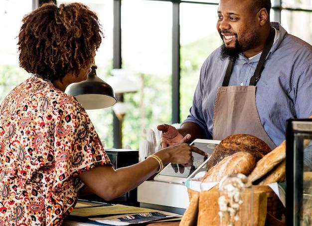 Cliente encomendar pastelaria no balcão