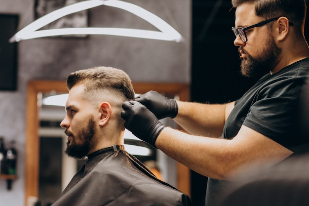 Cliente fazendo o corte de cabelo em um salão de barbearia