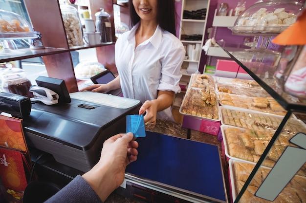 Cliente fazendo pagamento por cartão de crédito