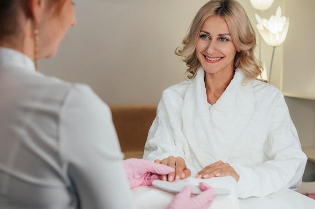 Cliente feliz com higiene e cuidado das unhas
