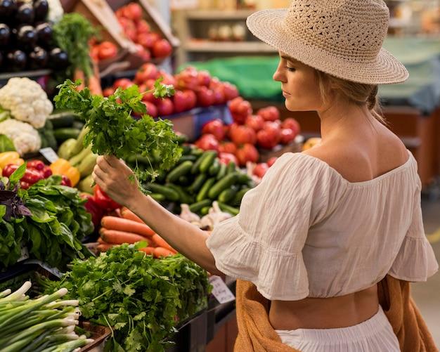 Cliente feliz comprando folhas de salsa