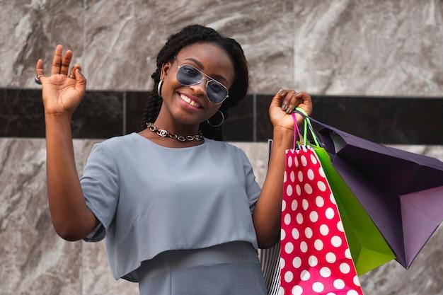 Cliente feliz da mulher em compras