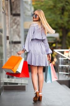 Cliente feliz de baixo ângulo de compras