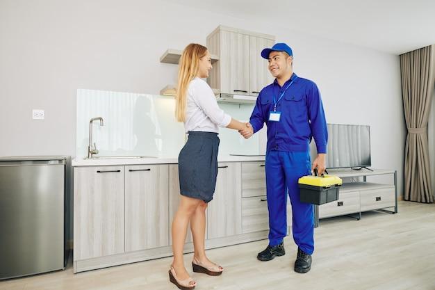 Cliente feminino cumprimentando eletricista