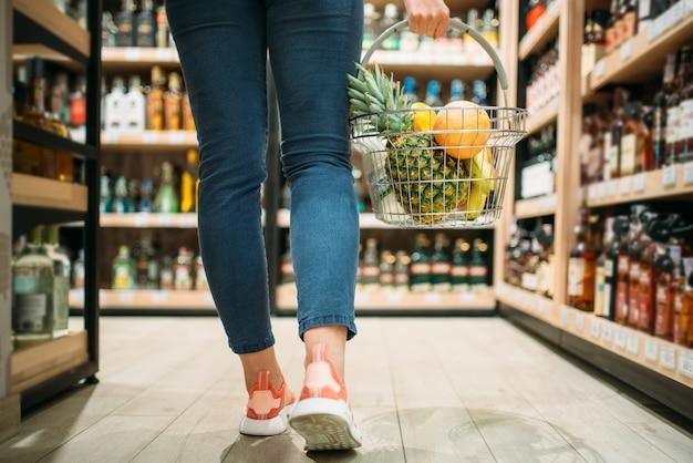 Cliente feminino escolhendo produtos no supermercado. mulher em loja de comida