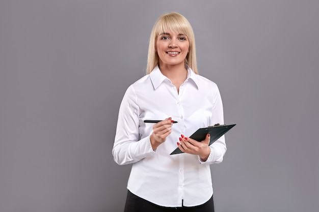 Cliente feminino segurando a marca de tablet e pentaking para perguntas.