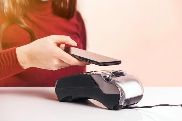 Cliente fica perto de balcão de bar fazer pagamento usar cartão de crédito close-up vista de dispositivo de mãos, método sem dinheiro pagar contas no conceito de espaços comerciais.