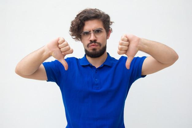 Cliente insatisfeito desapontado, fazendo gesto de antipatia