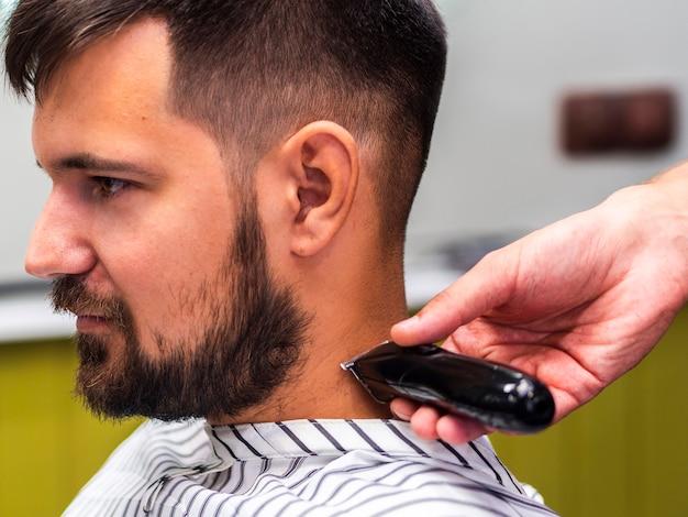 Cliente lateral, cortando a barba