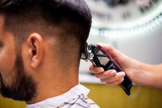 Cliente lateral fazendo um corte de cabelo