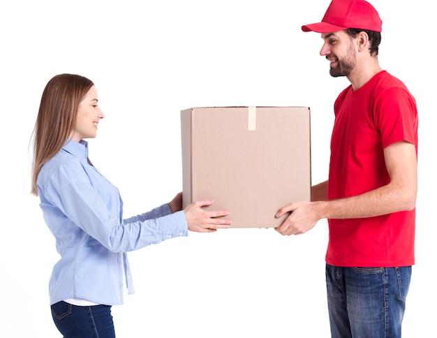 Cliente lateral satisfeito de entrega on-line recebendo o pacote