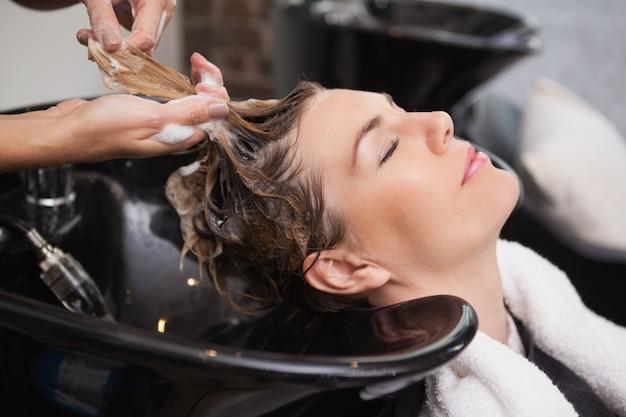 Cliente lavando os cabelos