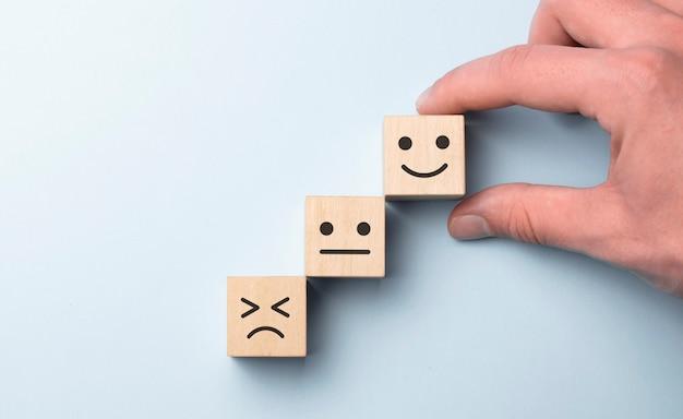 Cliente mostrando avaliação com ícone feliz em azul