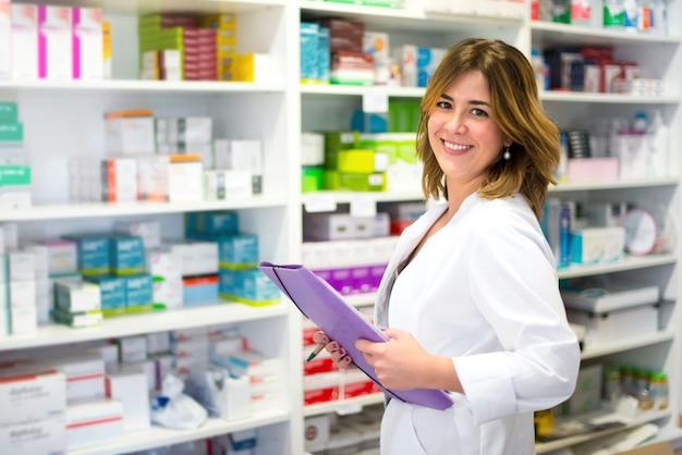 Cliente mulher, com, um, pasta, em, a, farmácia