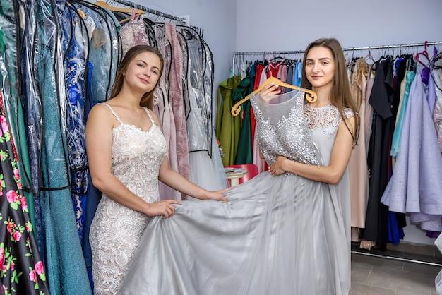 Cliente mulher olhando vestido em loja de roupas