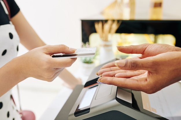 Cliente pagando com cartão de crédito
