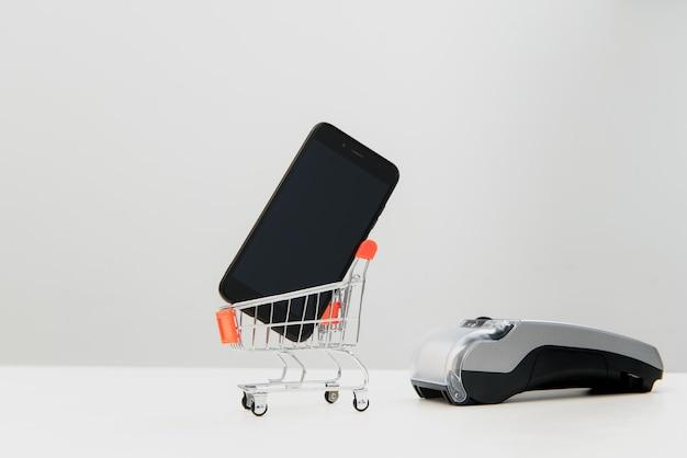 Cliente pagando com tecnologia nfc