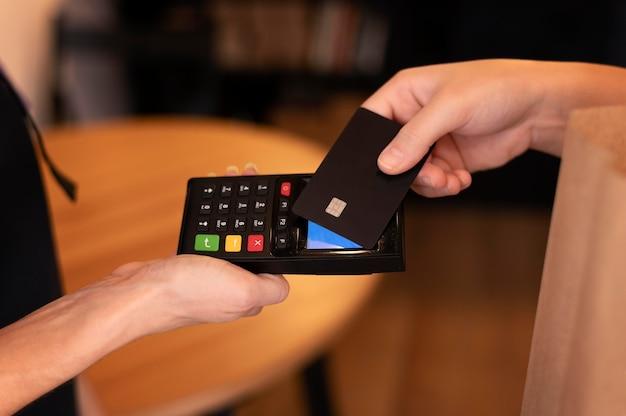 Cliente pagando por sua viagem com cartão de crédito