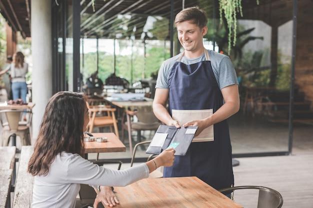 Cliente pagando suas contas com cartão de crédito