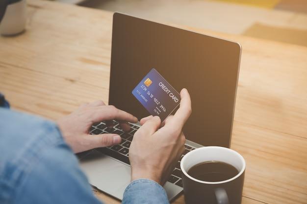 Cliente que usa cartão de crédito para pagar contas ou fazer compras on-line para ele ou sua família