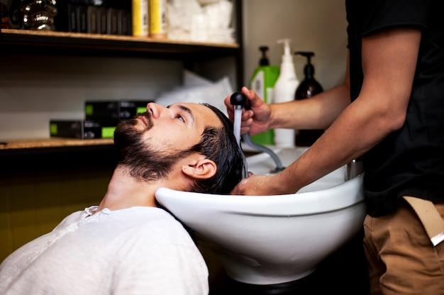 Cliente recebendo uma lavagem após o corte de cabelo