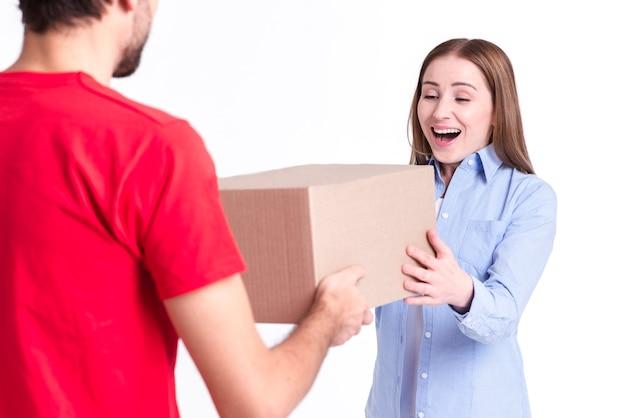 Cliente satisfeito de entrega on-line recebendo a caixa