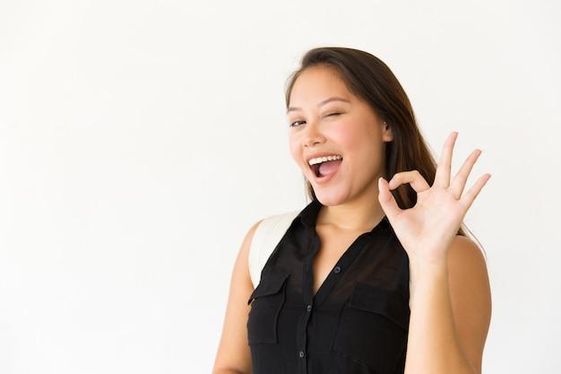 Cliente satisfeito feliz, fazendo o gesto de ok