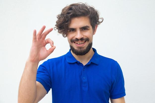 Cliente satisfeito positivo que faz o gesto aprovado