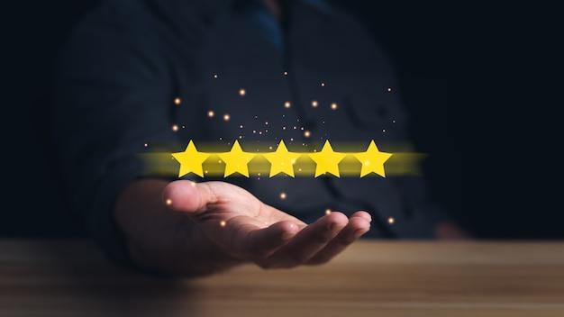 Cliente segurando as estrelas para completar cinco estrelas avaliação de serviço e conceito de satisfação