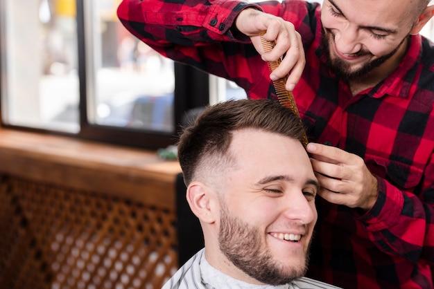 Cliente sorridente em uma barbearia