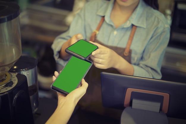 Cliente usando a tecnologia nfc