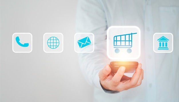 Cliente usando smartphone para inserir pedido ao fornecedor, conceito de compra online.
