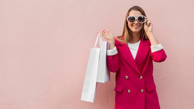 Cliente vestindo roupas da moda cópia espaço