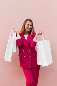Cliente vestindo roupas da moda e segurando sacolas de compras